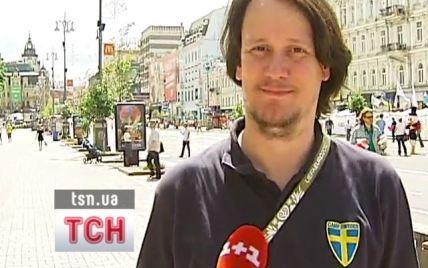 Шведський фанат розшукує Азарова, щоб віддати програне пиво