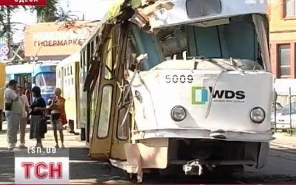 Трамвай із пасажирами ледве не розірвало навпіл