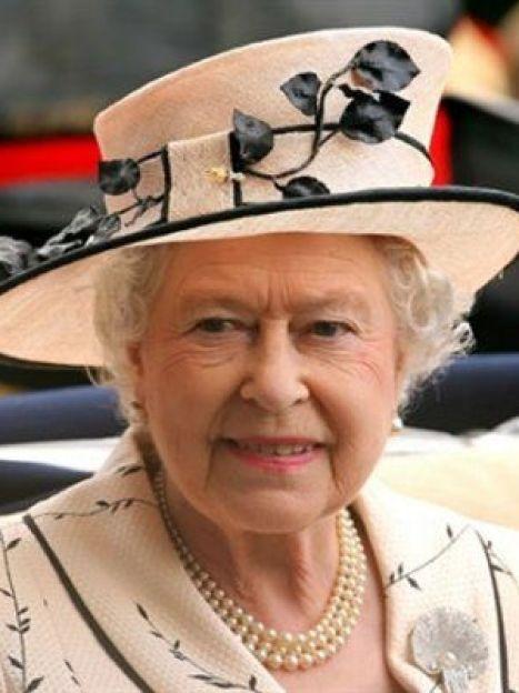 Британская королева всегда элегантна и всегда в шляпе, подобранном в тон к наряду (AFP) / ©