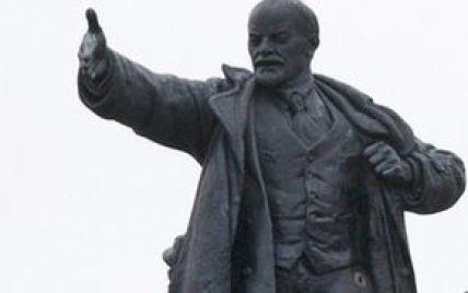"""Украину накрыла новая волна """"ленинопадов"""": памятники сносят от Одесской области до Кривого Рога"""