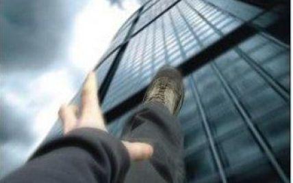 Киянин 12 годин поспіль намагався стрибнути з даху через дружину