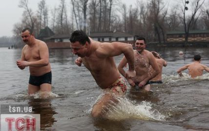 Як правильно купатися в ополонці на Водохреще: поради медика