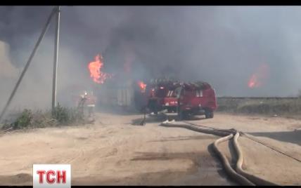 Пожарные не могут продолжить тушение нефтебазы, а пропавших спасателей будет искать дрон