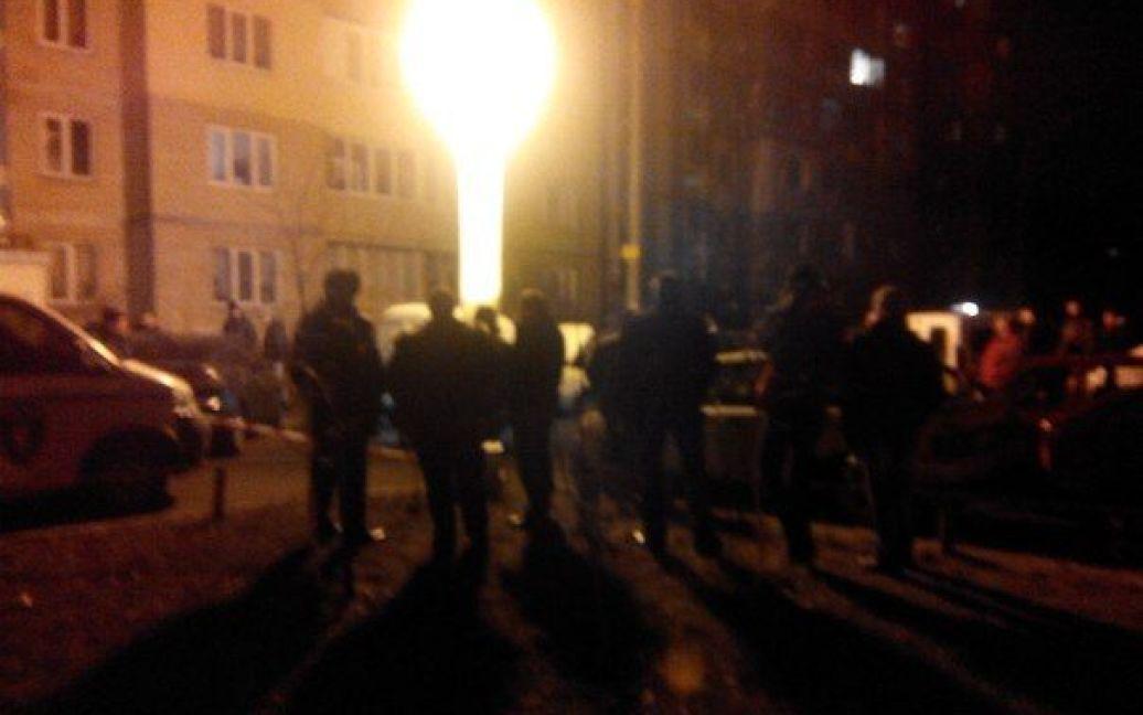 На місці події працює міліції і зібралися схвильовані жителі району. / © ТСН.ua