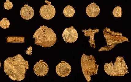 Уперше взяв до рук металошукач: у Данії чоловік знайшов майже кілограм старовинного золота