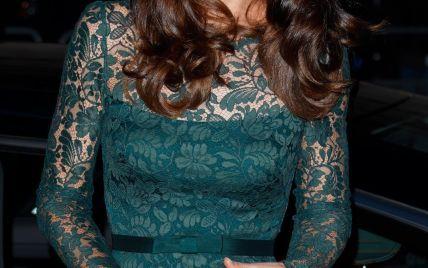 В зеленом платье и с золотым клатчем: роскошный выход герцогини Кембриджской