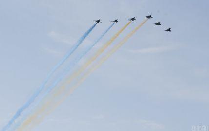 Винищувачі Міг-29 утворили прапор України у небі над Києвом під час параду до Дня Незалежності: відео