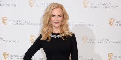 Без бюстгальтера: Николь Кидман продемонстрировала образ в платье с откровенным декольте
