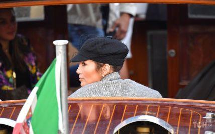В кепке с вуалью и на высоких каблуках: Дженнифер Лопес подловили в Венеции