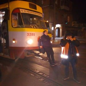 Ударил кулаком в лицо и бил лежащую ногами: в Одессе автомобилист напал на женщину-водителя трамвая (фото, видео)