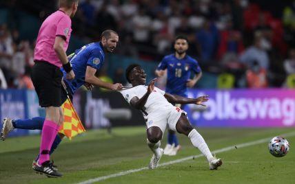 Итальянский футболист брутально завалил соперника в финале Евро-2020: забавный кадр стал мемом