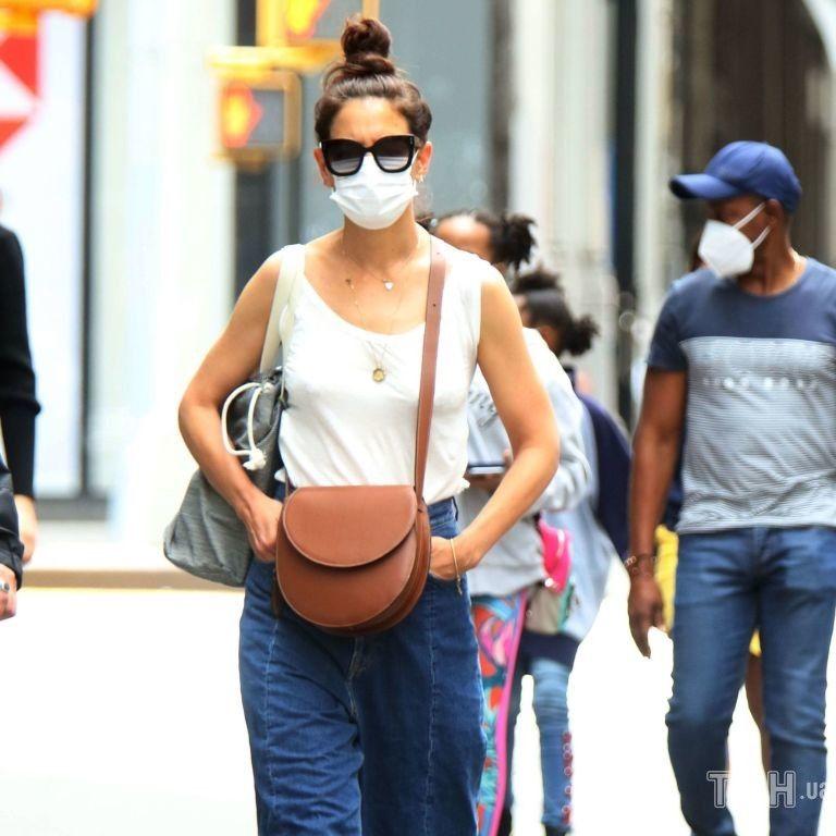 На стилі: Кеті Голмс заскочили в модних джинсах-палацо і майці