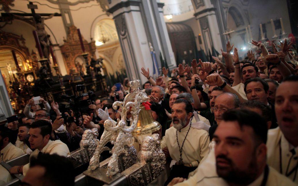 Актер Антонио Бандерас поет в церкви во время церемонии раскаяния братства «Lagrimas и Favores» в городе Малага, Испания / © Reuters