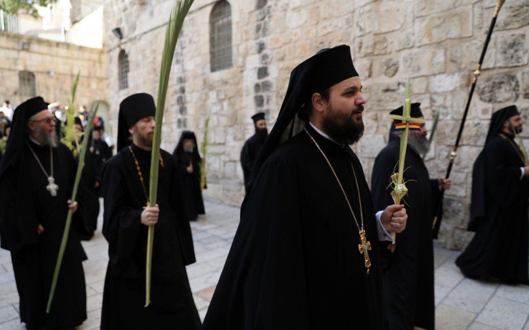 Представители православного духовенства на службе Вербного воскресенья возле Храма Гроба Господня в Старом городе Иерусалима / © Reuters