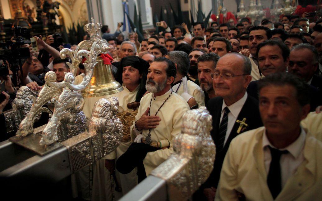 Актер Антонио Бандерас молится в церкви во время церемонии раскаяния братства «Lagrimas и Favores» в городе Малага, Испания / © Reuters
