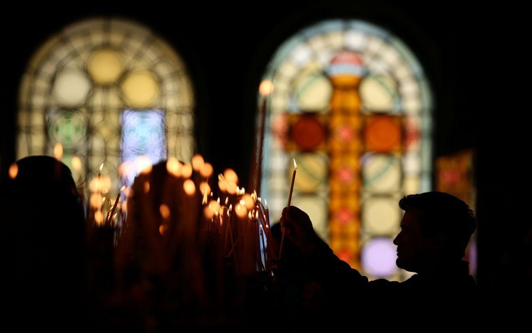 Верующие зажигают свечи в соборе Александра Невского в Софии, Болгария / © Reuters