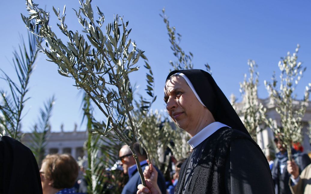 Монахини держат веточки на площади Св. Петра в Ватикане во время мессы папы Франциска / © Reuters
