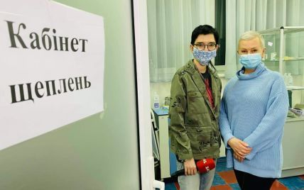 Прошедшая химиотерапию Алла Мазур сделала прививку от коронавируса