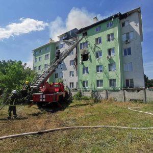 Под Киевом произошел взрыв и пожар в многоэтажке: госпитализированы двое жителей