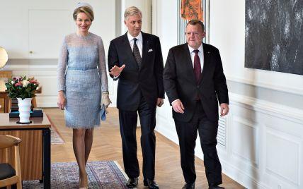 В экстравагантной шляпе и полупрозрачном платье: королева Матильда с официальным визитом в Дании
