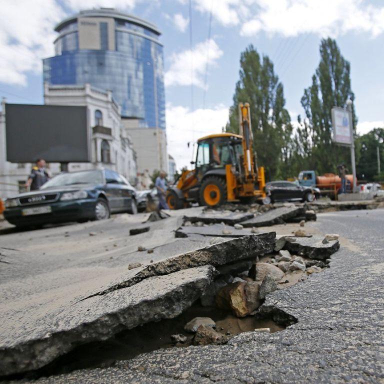 Гройсман пообещал рекордные деньги на ремонт дорог в следующем году