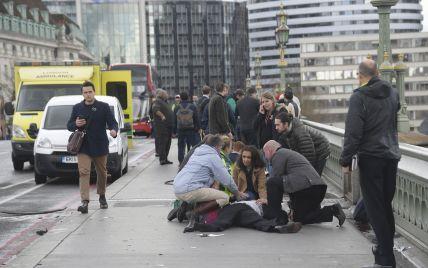Стрельба, пострадавшие на дороге и паника: в Сети появились видео с места теракта в Лондоне