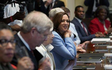 У новому штанному костюмі і улюблених перлах: діловий образ Камали Гарріс на зустрічі