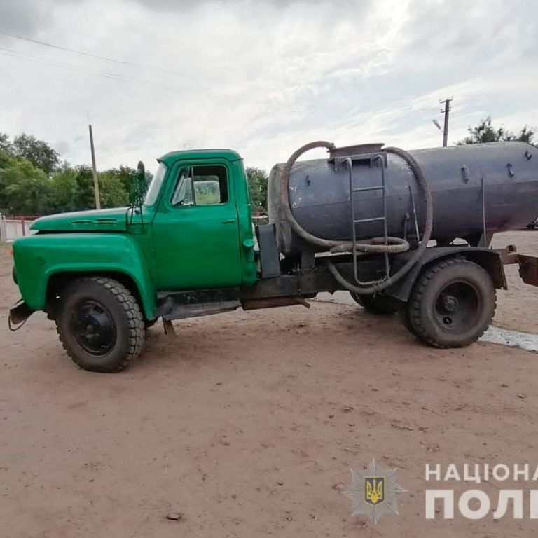 Попытался остановить грузовик: в Полтавской области водовоз раздавил водителя (фото)