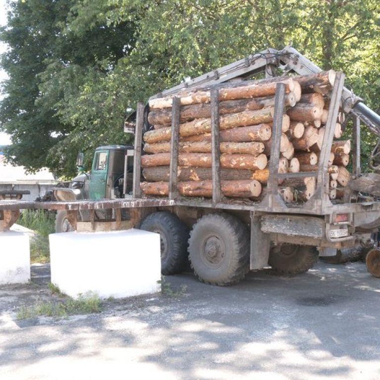 Шел по тротуару: в Ровенской области колесо, которое отлетело от лесовоза, посреди города убило пешехода