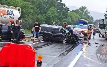 Детей зажало в авто, один человек погиб: на трассе Киев-Чоп произошло масштабное ДТП (фото)