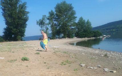 Не выдержал грязи: турист из Германии, который убирает пляж на Буковине, стал звездой Сети