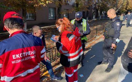 В Киеве водитель напал на инспектора по парковке и сломал ему нос: детали инцидента