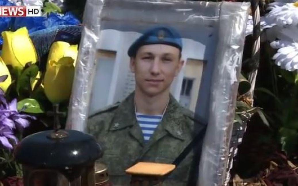 Журналисты показали могилу Антона Савельева / © Sky News