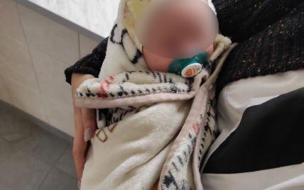 Знайома пригостила горілкою: в Каховці прогулянка 18-річної мами з немовлям ледь не закінчилася трагедією