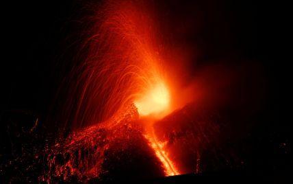 На Сицилії триває приголомшливе виверження вулкану Етна. Онлайн-трансляція