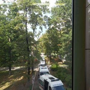 Коронавірус у Києві: у Мережі оприлюднили фото нової черги зі швидких біля лікарні