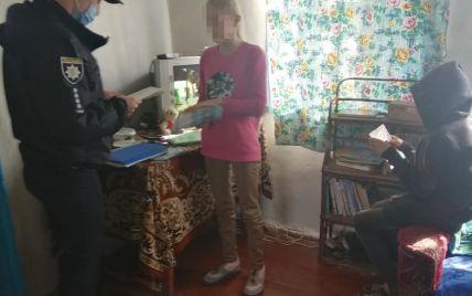 Під Житомиром четверо дітей тиждень сиділи вдома без матері, поки та пиячила у сусідньому районі