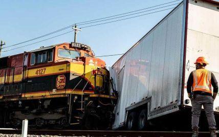 У США потяг протаранив вантажівку з Ferrari та Porsche: відео