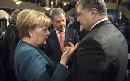 Порошенко договорился с Меркель о трехсторонних переговорах относительно Донбасса