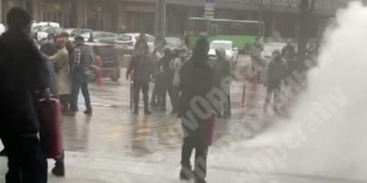 Драка у ТЦ в Киеве: охрана применила огнетушители (видео)