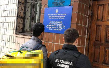 В Харькове задержали группу иностранцев-нелегалов, которые работали доставщиками еды