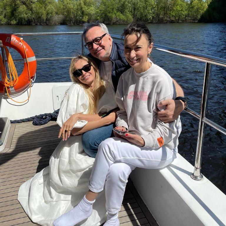 Вера Брежнева показала, как с сестрой Меладзе отпраздновала его 58-летие на яхте