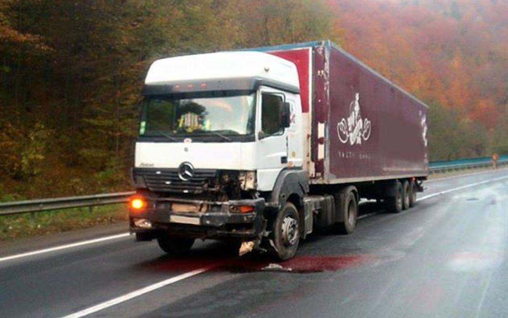На Закарпатье грузовик раздавил легковушку / © Управление ГСЧС Украины в Закарпатской области