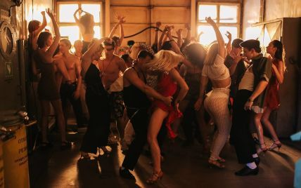 """MONATIK показав, як народжувалися """"брудні танці"""" у вибуховому кліпі Vitamin D"""