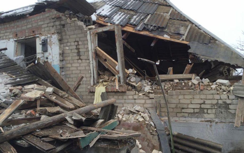 Зруйнована хата у Станиці Луганській / © thekievtimes.ua