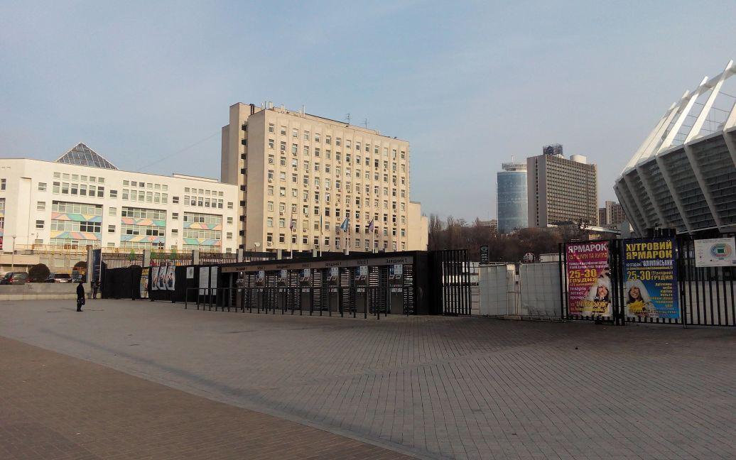 """""""Олімпійський"""" стоїть зачинений в очікуванні гостей / © ТСН.ua"""