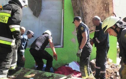 В Херсоне с крыши магазина на мужчину упала бетонная плита
