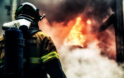 Выломал дверь: в Николаеве сосед спас мальчика во время пожара