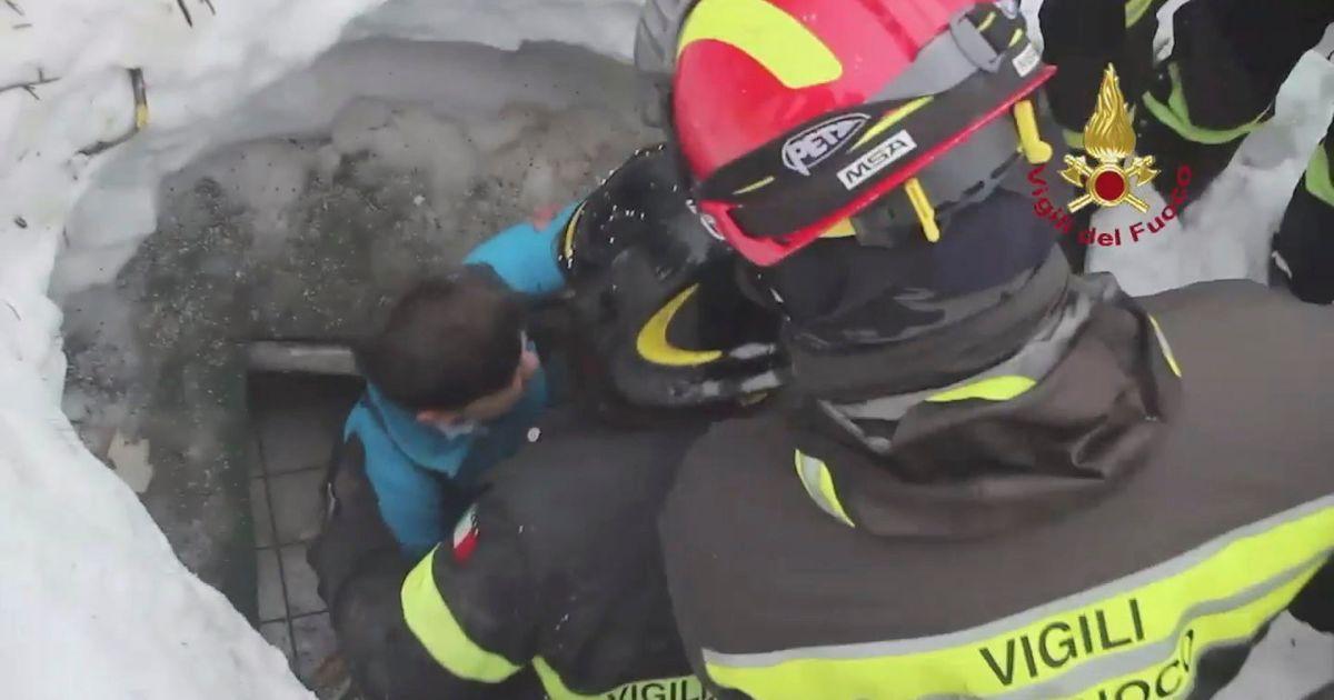 Спасатели достали мать и сына, которые 40 часов сидели в холодной кухне отеля / © Reuters