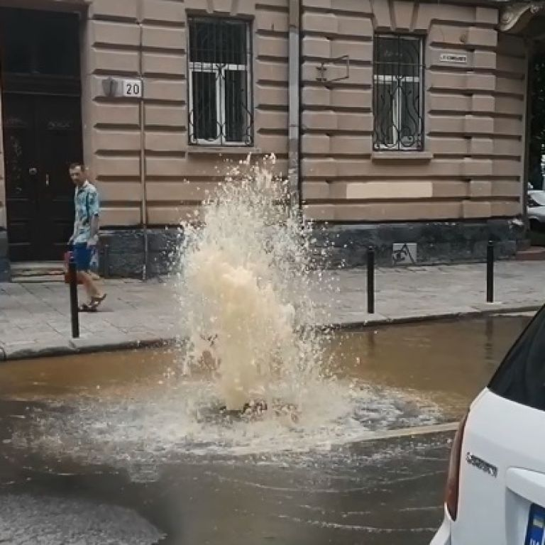 У Львові на дорозі стався прорив: вода фонтаном б'є з-під землі (фото)